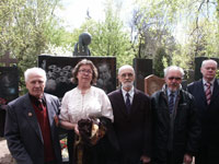 Olga Zinoviev and brothers of Alexander Zinoviev in front of monument at Novodevitchi cemetery in 2007